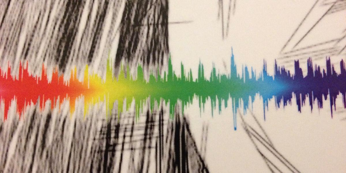 Cover Detail des Buchs Echolocation. Cover Design von Olaf Hille. Regenbogenfarbene Schallwelle auf schwarz-grau-weißem Hintergrund.