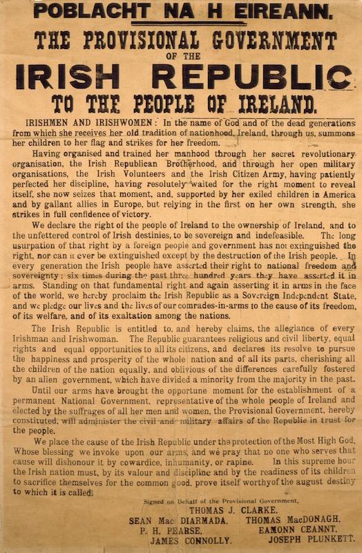 Foto einer originalen Kopie der Proklamation von 1916. Schwarze Buchstaben auf vergilbtem, ockerfarbenem Papier.