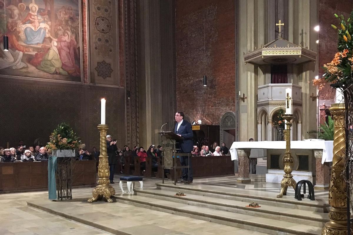 Father Ray Kelly sings Hallelujah (photo: Tim Kalbitzer)
