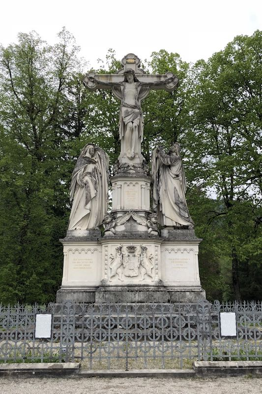 Monument made of Kehlheim marble that shows Jesus on the cross, Mary and John